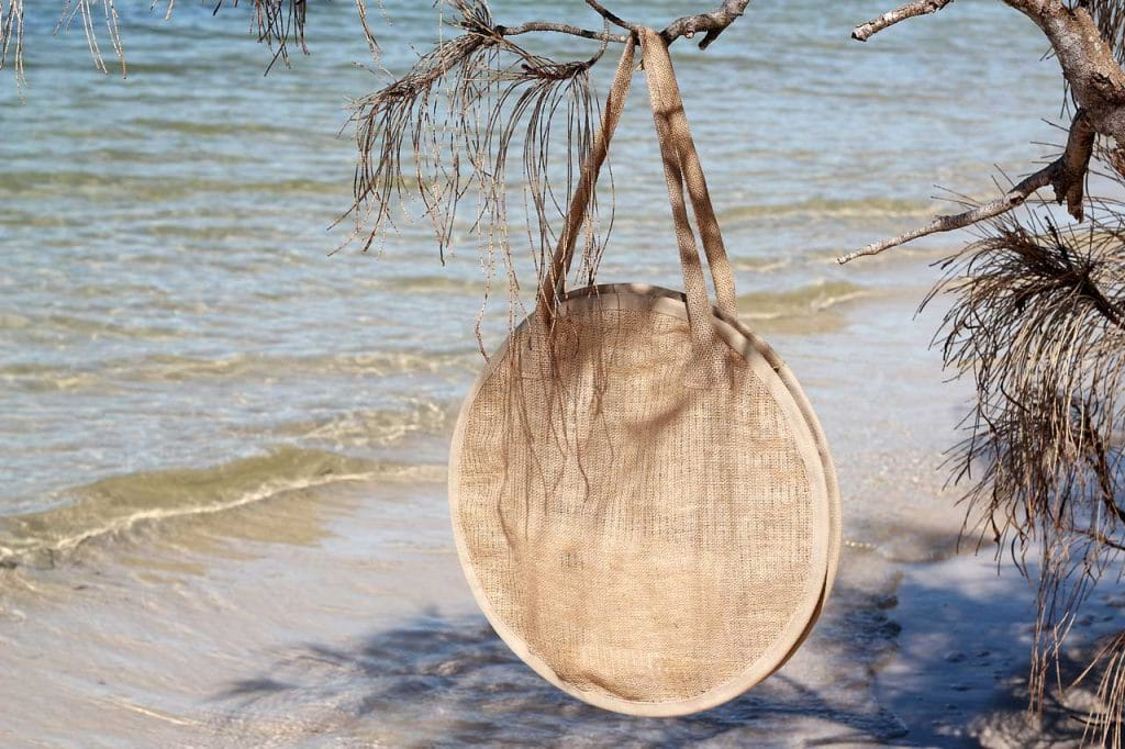 Dossier Blog's DIY round beach x market bag made out of burlap