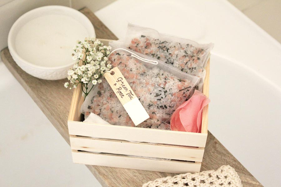 Make these green tea and rose bath tea bags to give your skin a luxurious soak | Dossier Blog